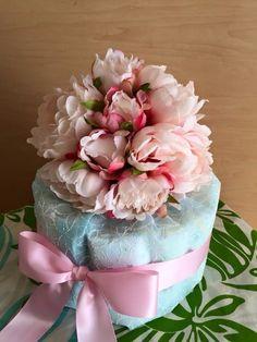 欧米の習慣「ベイビーシャワー」ギフトに人気のおむつケーキご案内です!エンボス素材の美しいラッピングペーパーで包みました。女の子用はピンクのおリボン男の子用は白...|ハンドメイド、手作り、手仕事品の通販・販売・購入ならCreema。