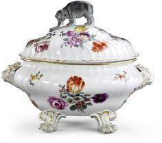 Deckelterrine, Meissen, 18. Jh. (?) Porzellan. Godronierter Gefässkörper mit reicher Blumenmalere — Porzellan & Fayencen