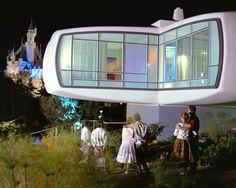 В 1957 году пластиковый «Дом будущего» построили в Диснейленде: