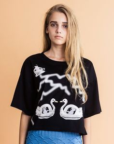 """Thunder and swan boats print cotton jersey T-shirt. It has a back print """"TEA"""".100% cottonMade in JapanOne Size (womens)Length: 55.5cmWidth: 57cmSleeve Length: 20cm"""