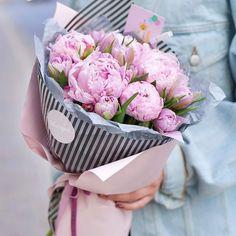 Bouquet Wrap, Diy Bouquet, Peonies Bouquet, Hand Bouquet, Bouquets, How To Wrap Flowers, Fresh Flowers, Beautiful Flowers, Peony Flower