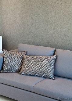 Seinässä Tunto Kivi -kivipinnoite, harmaa graniitti. Olohuone   Ideat - Tikkurila Oyj   Kotimaalarit New Homes, Walls, Couch, Throw Pillows, Interior Design, Bed, Painting, Furniture, Ideas