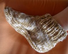 Chaussons montants (taille 39/40) | Activités Créatives et Tricot Easy Knitting, Knitting Socks, Loom Knitting, Knitting Stitches, Knitting Patterns, Patron Crochet, Knit Or Crochet, Knitted Slippers, Baby Socks