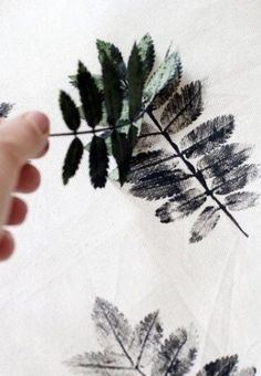 DIY: Patterned pillows with sheets .DIY: Patterned pillows with sheets MoreLeaf stamp Kids Crafts, Diy And Crafts, Arts And Crafts, Idee Diy, Leaf Prints, Textile Prints, Fabric Painting, Diy Art, Printing On Fabric