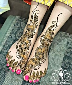 Already bought a pretty pair of payal to flaunt at your Mehndi? Take a pick from our favourite simple foot mehndi design ideas and slay the day in style, girl. Best Arabic Mehndi Designs, Peacock Mehndi Designs, Back Hand Mehndi Designs, Full Hand Mehndi, Wedding Mehndi Designs, Unique Mehndi Designs, Mehndi Patterns, Beautiful Mehndi Design, Hena Designs