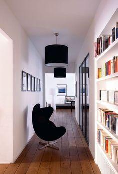 Le couloir devient une véritable pièce à vivre avec sa bibliothéque dans cet appartement parisien. Plus de photos sur Côté Maison http://petitlien.fr/7a44