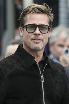 A more mature Brad Pitt Brad Pitt Style, Brad Pitt Haircut, Don Corleone, Brad Pitt And Angelina Jolie, Mohawk, Tom Ford Sunglasses, Sunglasses Sale, Hollywood, Herren Outfit