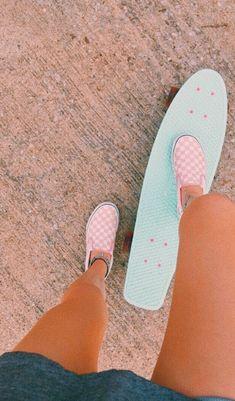 love that skateboard & those vans Beach Aesthetic, Summer Aesthetic, Blue Aesthetic, Aesthetic Outfit, Flower Aesthetic, Aesthetic Clothes, Penny Skateboard, Skateboard Clothing, Skateboard Furniture