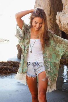 Fringed flower kimono in emerald water. Sweet denim cut-offs and Tibetan pearls. Hippie Chic Informations About Fringed Flower Kimono in emerald waters. Hi… Pin You can easily use … Boho Mode, Mode Hippie, Hippie Style, Hippie Chic, Bohemian Style, Bohemian Outfit, Beach Hippie, Gypsy Style, Boho Beach Style