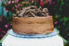 Deux étages de gâteau au chocolat noir entrecoupés de deux étages de mousse au chocolat noir.