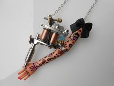 """Sautoir """"Tattoo Lady"""" métal argenté et son petit nœud noir : Collier par jennifleur"""