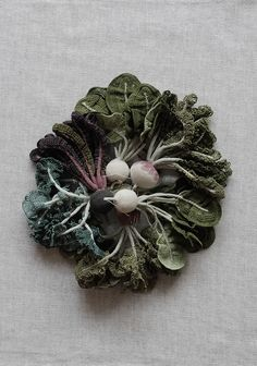 Un chou splendide au crochet et fil de coton fin par JungJung. Splendid cabbage crocheted with a fine cotton thread by JungJung. Photo : Ten_do_Ten Broche faites de diverses légumineuses crochetées...