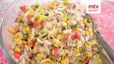 Keitä riisi pakkauksen ohjeen mukaan, anna jäähtyä. Poista tomaatista ja kurkusta malto, leikkaa pieniksi paloiksi. Leikkaa purjosta ohuita renkaita. Sekoita kaikki ainekset keskenään.