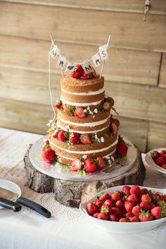 #Naked #Wedding #Cake  Trouwen op een boerderij in Schinnen | ThePerfectWedding.nl | Fotocredit: Sanne van de Berg Fotografie