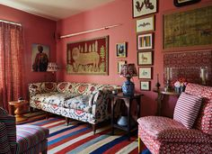 On the top floor of a house in London sits the home of Lulu Lytle who owns a British furniture shop that. Living Room White, New Living Room, Living Spaces, Small Living, English Living Rooms, Cozy Living, Architectural Digest, Cosy Home, English Decor