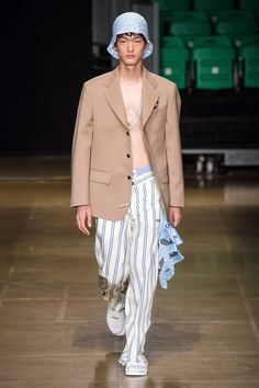 See all the Collection photos from MSGM Spring/Summer 2020 Menswear now on British Vogue Vogue Paris, High Fashion, Mens Fashion, Gucci Fashion, Runway Fashion, Spring Fashion, Mens Trends, Fashion Show Collection, Models