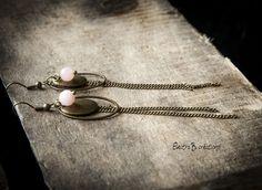 """Boucles d'oreilles """"Slimy"""", en jade rose poudré et laiton : Boucles d'oreille par electra"""