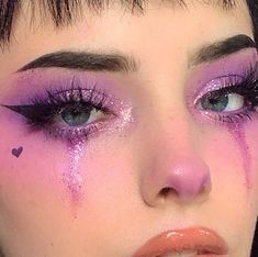 Lila glitter-augen-make-up mit geflügelten liner. Phoria make-up-inspo Edgy Makeup, Makeup Eye Looks, Grunge Makeup, Eye Makeup Art, Clown Makeup, Makeup Inspo, Beauty Makeup, Eye Art, Makeup Style