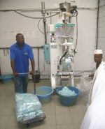 Cameroun Breuvages, retour gagnant!   Dr. Roger Njitchoua dans son laboratoire de production. © R. Njitchoua En 2001, le docteur Roger Njitc...