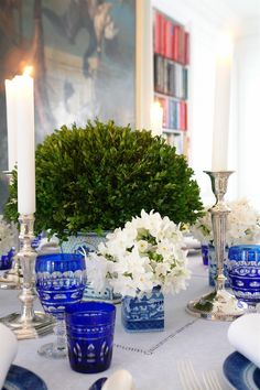 Chinoiserie Chic: Blue and White Christmas - Carolyne Roehm Blue And White China, Blue China, China Art, Dresser La Table, Theodora Home, Beautiful Table Settings, Chinoiserie Chic, Decoration Table, White Christmas