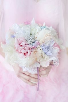 Bouquet de mariée pastel, inspiration poésie - Crédit Photo: Saulės Pieva Fotografija - La Fiancée du Panda blog Mariage et Lifestyle