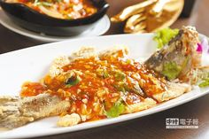 泰味香酥三味魚/380元↑重約12兩的鱸魚,酥炸後,澆淋帶有酸、甜、辣的特調醬汁。(楊為仁攝)