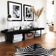 Bank Styling im Wohnzimmer Bank Styling im Wohnzimmer The post Bank Styling im Wohnzimmer appeared first on Wohnaccessoires. Home Living Room, Apartment Living, Interior Design Living Room, Living Room Designs, Interior Decorating, Elegant Home Decor, Home Decor Inspiration, Decor Ideas, Bedroom Decor