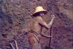 Serra Pelada - Oficialmente a extração começou com um pequeno sitiante que ao cavar um pé de bananeira encontrou uma estranha pedra e ao mostra-la em um bar espalhou-se a noticia de se tratar de diamante. Em duas semanas já tinha garimpeiros do Brasil inteiro. Em 1979, um garimpeiro encontrou ouro no local. A partir de 1980 levas de migrantes se deslocaram para o Pará e ocuparam o garimpo, que pertencia à fazenda Três Barras, propriedade de Genésio Ferreira da Silva.