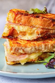 Classic Croque Monsieur Sandwich made the easy way! Classic Croque Monsieur Sandwich made the easy way! Gourmet Sandwiches, Sandwich Bar, Panini Sandwiches, Delicious Sandwiches, Wrap Sandwiches, Sandwich Croque Monsieur, Panini Recipes, Paninis, Food To Make