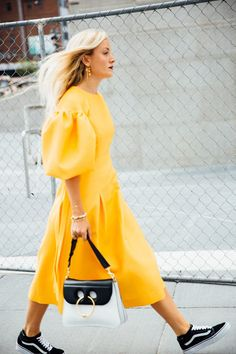 Qué maravilla este vestido amarillo con mangas jamón. Yo no lo combinaría con zapatillas de deporte, me parece una pena, pero hay que reconocer que a ella le queda bien. Fantastique!!