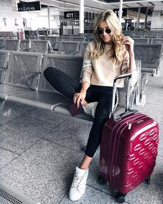 pretty airport outfit ideas for this fall – travel outfit plane long flights Airport Outfit Long Flight, Comfy Airport Outfit, Airport Travel Outfits, Comfy Travel Outfit, Fall Travel Outfit, Airport Style, Sporty Outfits, Fall Outfits, Cute Outfits