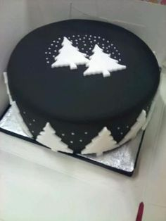 Black Christmas Cake Fondant would be nice blue or purple too Black Christmas Tree Decorations, Christmas Cake Designs, Black Christmas Trees, Christmas Cupcakes, Noel Christmas, Christmas Goodies, Christmas Desserts, Christmas Treats, Christmas Baking