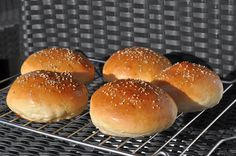 Hamburger Rolls - Recipe and Instructions for Brioche Burgers .- Hamburgerbrötchen – Recipe and Instructions for Brioche Burger Buns. A perfect burger needs a perfect hamburger bun! Perfect Hamburger, Hamburger Bun Recipe, Hamburger Buns, Burger Party, Burger Co, Best Burger Buns, Pulled Pork Burger, Tasty Bread Recipe, Bread Recipes