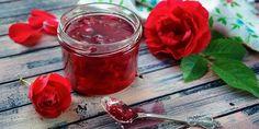 Jak udělat džem, sirup a likér z květů růží   iStock Lassi, Edible Flowers, Moscow Mule Mugs, Aloe Vera, Herbalism, Alcoholic Drinks, Food And Drink, Pudding, Vegetables