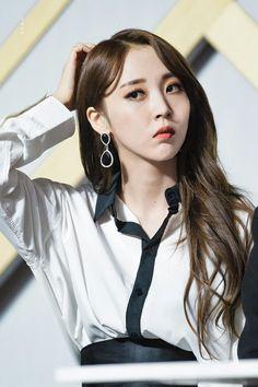 Kpop Girl Groups, Korean Girl Groups, Kpop Girls, My Girl, Cool Girl, Mamamoo Moonbyul, Soyeon, Korean Beauty, South Korean Girls