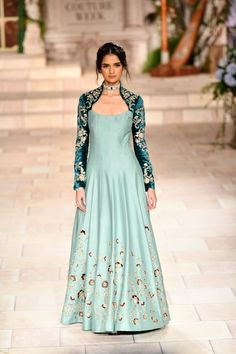 Latest Bride Sister Lehenga Designs by Anju Modi. Her latest collection was showcased at ICW 2018 and has some amazing Pre-Wedding, and Bridal Lehengas. Indian Gowns Dresses, Pakistani Dresses, Girls Dresses, Indian Designer Outfits, Designer Gowns, Pakistani Designer Clothes, Luxury Designer, Indian Attire, Indian Outfits