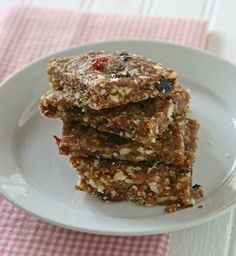 No-Bake Date Nut Bars: Ingredients cups pitted dates cup dark chocolate cocoa powder cup ground flaxseed 1 teaspoon ground cinnamon 1 teaspoon vanilla extract cup whole unsalted almonds cup unsalted pecans halves cup dried berry mix Raw Food Recipes, Baking Recipes, Snack Recipes, Breakfast Recipes, Breakfast Bars, Healthy Recipes, Skinny Recipes, Easy Recipes, Good Food
