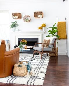 Modern fall living room decorating ideas using warm colors, mums, cozy throws, textured pillows and baskets - Anita Yokota Interior Design and Decor Warm Home Decor, Elegant Home Decor, Elegant Homes, Cheap Home Decor, Fall Living Room, Living Room Decor, Cozy Living, Living Rooms, Family Rooms