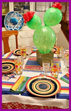 cena mexicana tablescape con centro de mesa con globos de cactus - hoyuelos y mexikanisches abendessen tablescape mit ballon - kaktus - mittelst ck - gr bchen und Mexican Theme Baby Shower, Mexican Fiesta Birthday Party, Fiesta Theme Party, Party Themes, Fiesta Party Centerpieces, Elmo Party, Party Ideas, Mickey Party, Cactus Centerpiece