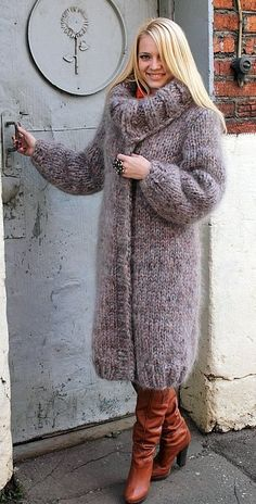 Female knitted coat made of natural mohair- Weibliche STRICKMANTEL aus natürlichen mohair Female knitted coat made of natural mohair - Chunky Knit Cardigan, Mohair Sweater, Sweater Coats, Long Cardigan, Turtleneck, Poncho Knitting Patterns, Coat Patterns, Crochet Patterns, Gros Pull Mohair