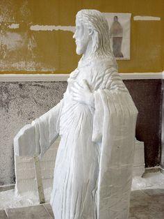 Detalle simbología escultura Sagrado Corazón de Jesús, vista lateral y marcado de pliegues del manto recogido en brazo izquierdo