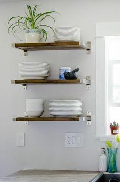 étagères bois improvisées dans la cuisine