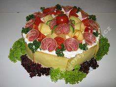 slaný dort s uzeným sýrem a kombinovaným salátkem