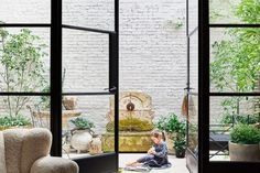 This week, Architectural Digest published a story on Nate Berkus and Jeremiah Brent's newest home, a square foot townhouse in New York dating back to Over the years,. Nate Berkus, West Village, Jeremiah Brent, Bill Blass, New York Homes, New Homes, Melrose House, Decoracion Vintage Chic, Old Oak Tree