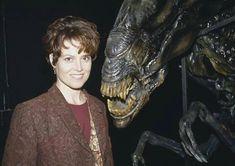 Sigourney Weaver and Queen Alien the greatest friends in the universe Saga Alien, Alien Art, Predator Movie, Predator Alien, Conquest Of Paradise, Aliens Movie, Aliens And Ufos, Science Fiction, Dragon Rey