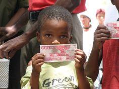 納米比亞的小朋友拿著屬於自己的基本收入。(圖片來源/BIG官網)