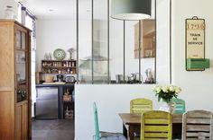 Une cuisine semi-ouverte avec verrière - Ouvrir la cuisine sur la salle à manger : les 40 idées gagnantes - CôtéMaison.fr