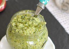 Pesto di zucchine ricetta salsa facilissima e profumata. Senza cottura, cremosa, ideale per condire la pasta, ottima da spalmare sulle bruschette.