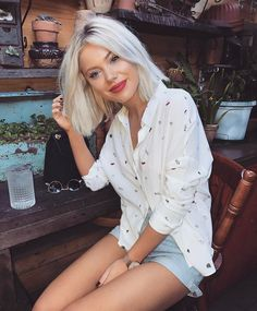 """10.3 k mentions J'aime, 50 commentaires - Laura Jade Stone (@laurajadestone) sur Instagram : """"I'm all about a good white shirt Especially one that has cherries on it Wearing…"""""""