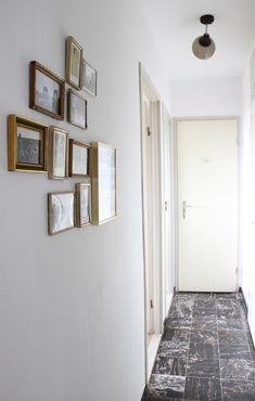 Interieur Bruxellois - Decoration cadres vintage dans un couloir